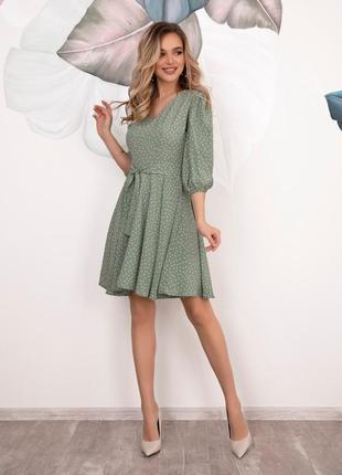Мятное в горошек платье с расклешенным низом