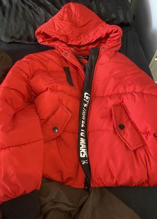 Дутая укороченная курточка в спортивном стиле