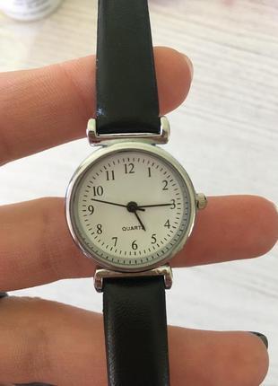 Годинник з чорним ремінцем і білим циферблатом 🖤🤍🖤🤍
