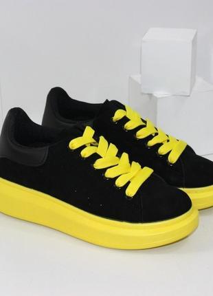 Женские замшевые черные кроссовки кеды криперы на желтой подошве