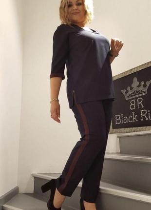 Стильный женский чёрный нарядный костюм с бежевым лампасом и бантом
