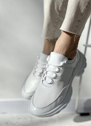 Женские кроссовки на актуальной платформе