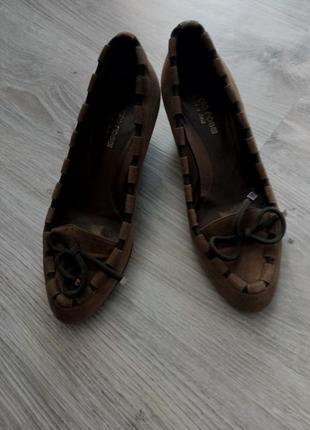 Классические кожаные замшевые коричневые туфли-лодочки  торг уместен