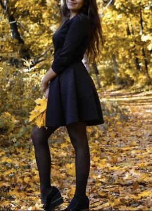 Чёрное платье из неопрена с красивой спинкой