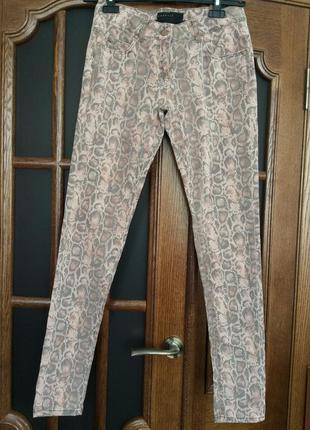 Бирка. модный змеиный прынт. джинсы-скинни. размер s.