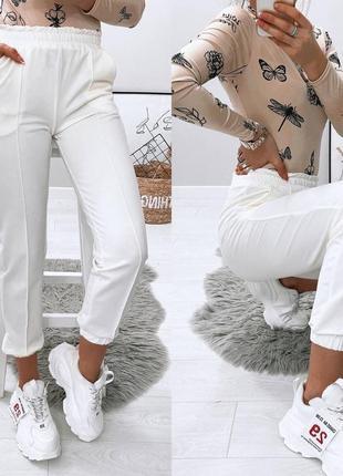 Стильные белые джогеры на весну