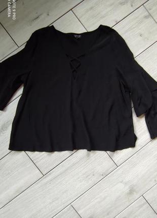 Блуза с расклешенными рукавами.