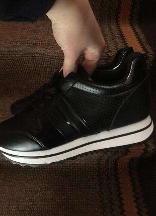 Жіночі кросівки9 фото
