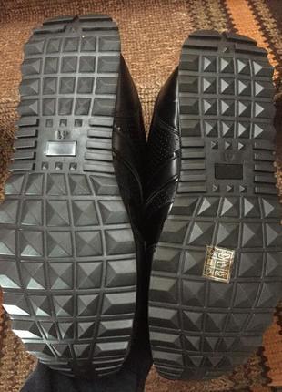 Жіночі кросівки10 фото