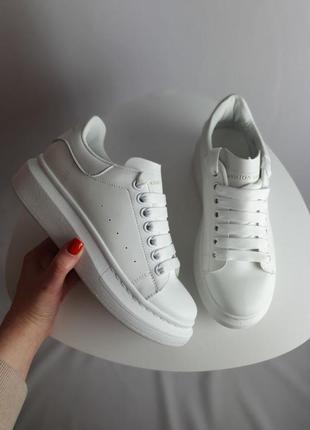 Белые весенние кроссовки