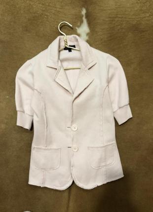 Стильный нежно розовый пиджак с коротким рукавом