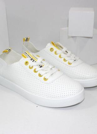 Стильные женские белые кеды с желтыми вставками с перфорацией