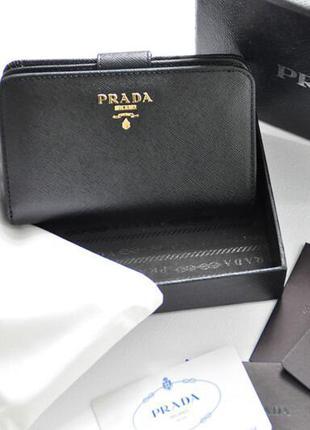 Кожаный кошелек  prada saffiano triangle bi fold tab
