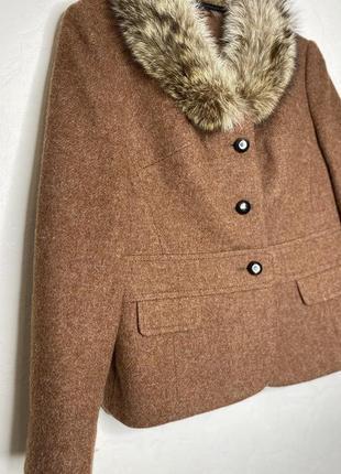 Короткий шерстяной пиджак с мехом