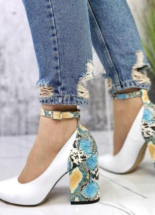 Шикарные женские белые кожаные туфли с цветным каблуком под питона