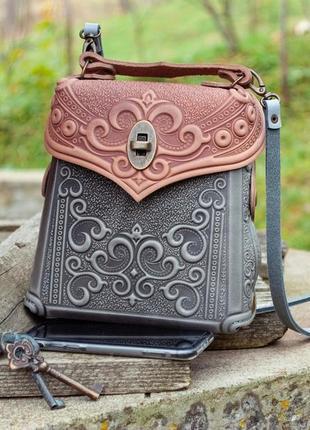 Кожаная сумочка-рюкзак женская с орнаментом тиснение бохо стиль серо-пудровая