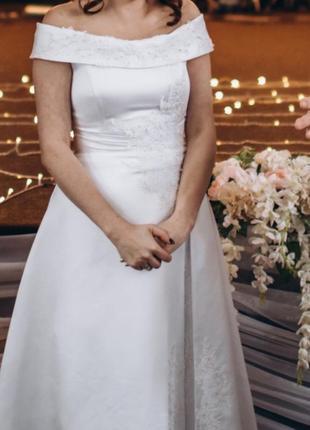 Атласное свадебное платье.