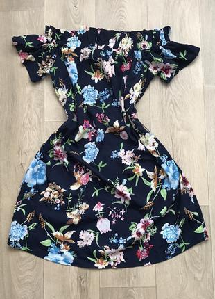 Стильное цветочное платье с рукавом фонариком и открытыми плечами