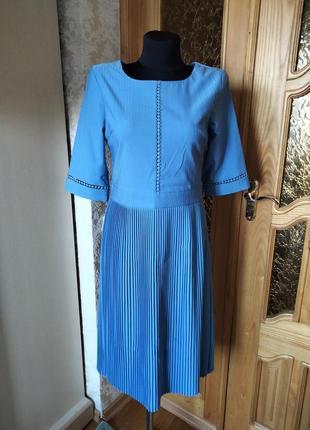 Платье миди с юбкой в плиссировку серо-голубое.