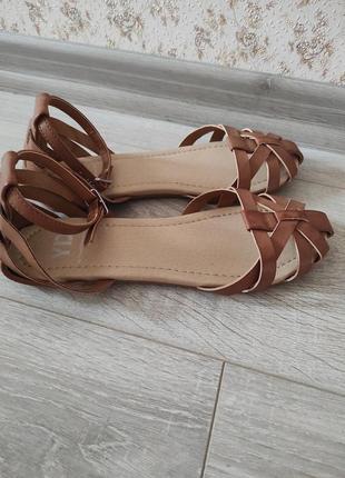 Классные сандали primark