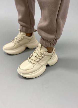 Бежевые кроссовки из натуральной кожи