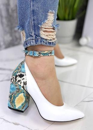 Кожаные туфли стильные белые каблук рептилия