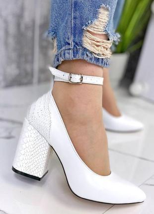 Кожаные туфли белые стильные каблук рептилия
