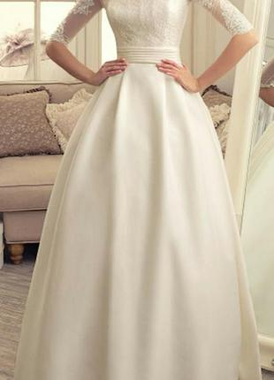 Свадебное платье в пол с пышной атласной юбкой кружевным верхом рукавами