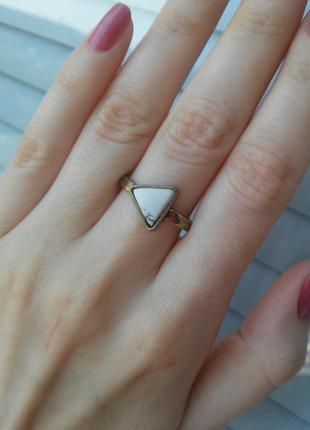 Кольцо треугольник с бирюзой, размер 17