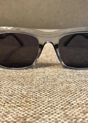 Новые солнцезащитные очки в светло-сером цвете.