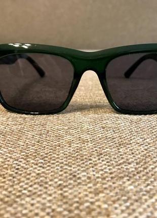 Новые солнцезащитные очки в изумрудном цвете.