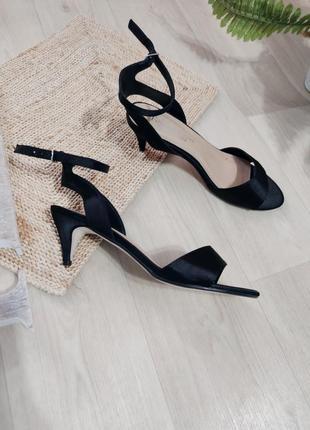 Босоножки на маленьком каблуке