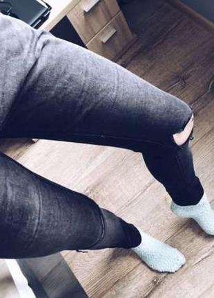 Продам темно серые джинсы с дырками на коленях