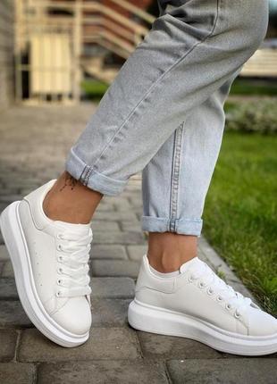 В наличии стильные женские кроссовки