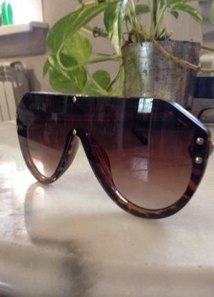 Элегантные солнцезащитные очки.