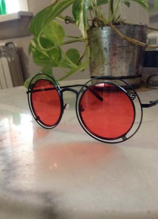 Стильные солнцезащитные очки.