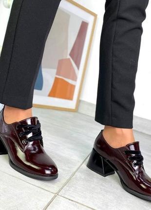 Закрытые туфли на расклешенном каблуке
