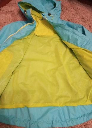 Яркая спортивная куртка