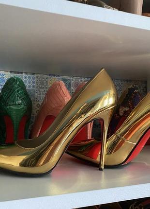 Роскошные золотые туфли с красной подошвой