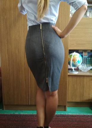 Серая классическая юбка миди с высокой посадкой и молнией