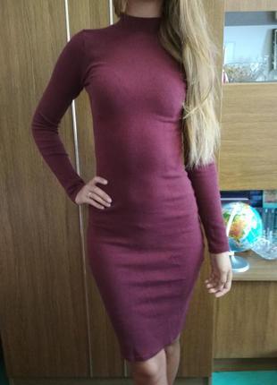 Бордовое облегающее платье миди с коротким горлом и рукавами