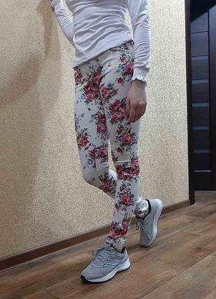 Белые джинсы с цветами