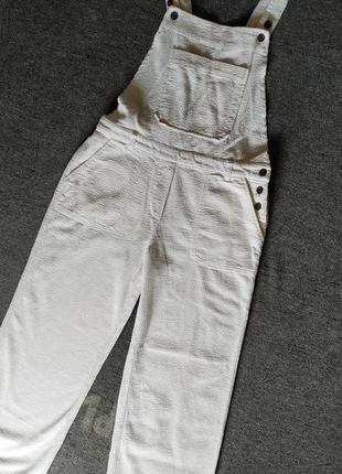 Белый вельветовый комбинезон  с широкими штанами