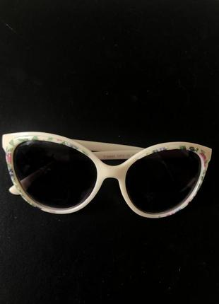 Актуальные солнцезащитные очки в форме кошачих глаз