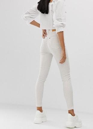 Белые джинсы скинни на высокой посадке в полоску