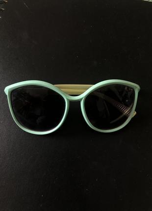 Актуальные солнцезащитные очки бирюзового цвета