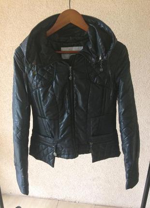 Продам стильную стёганную курточку с баской s-m