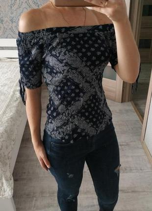 Актуальная вискозная блуза на плечи и с завязками на рукавах