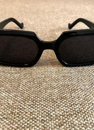 Новые солнцезащитные очки в чёрном цвете.