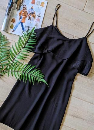 Красивое платье свободного прямого кроя с оборкой воланом